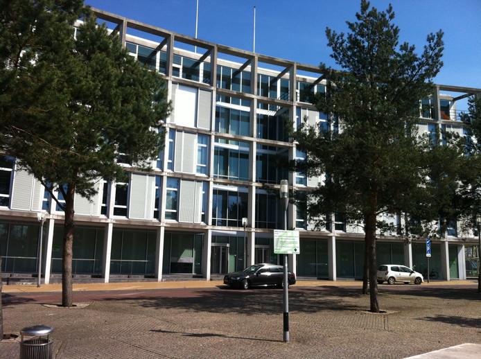 Het voormalige belastingkantoor aan het Apeldoornse Stationsplein gaat een jaar lang dienen als Stadhuis.