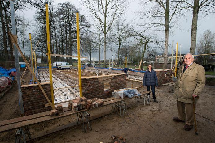 Jan Markvoort (rechts) tijdens de (ver)bouw van de eekschuur.