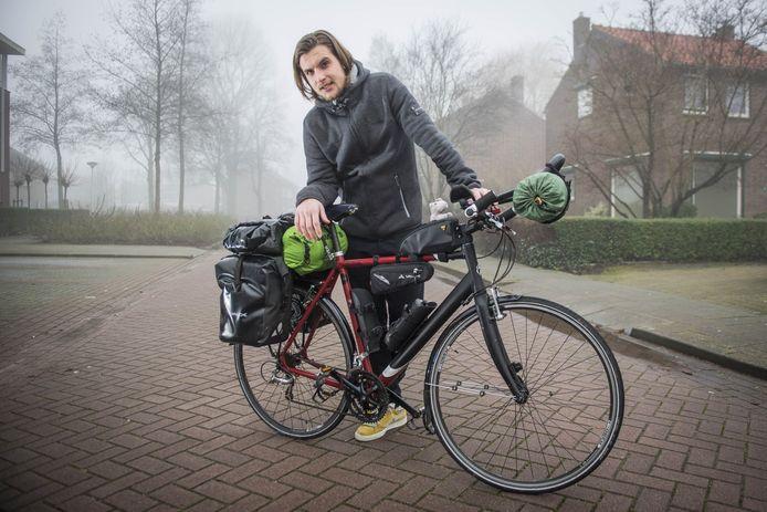 Henk van Dillen gaat fietsend naar Singapore.