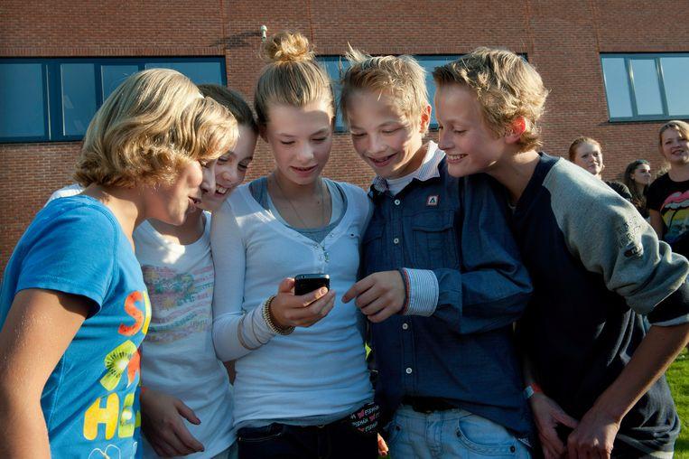 Ook kinderen onder de zestien maken veelvuldig gebruik van sociale media als WhatsApp. Beeld Hollandse Hoogte