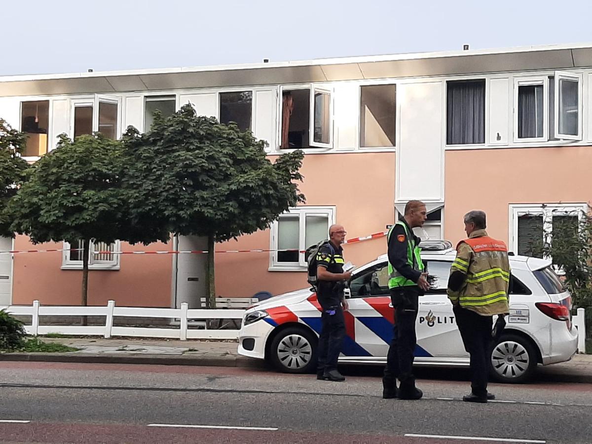 Overleg voor de woning waar de slachtoffers vanochtend werden gevonden.