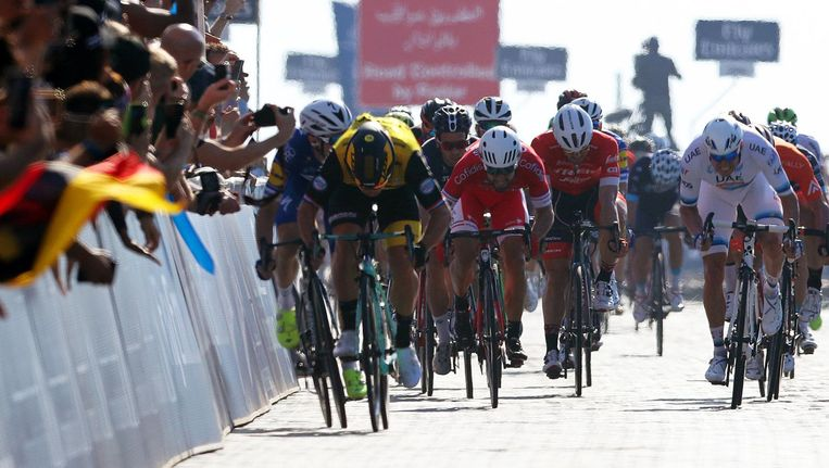 Dylan Groenewegen sprint in het geel van Lotto Jumbo naar de winst. Beeld ANP
