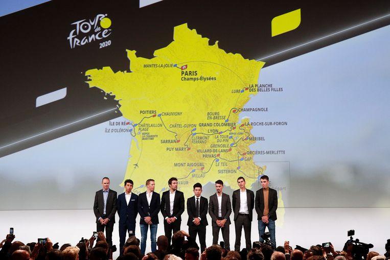 Christopher Froome, Egan Bernal, Steven Kruijswijk, Thibault Pinot, Caleb Ewan, Julian Alaphilippe, Warren Barguil en Romain Bardet tijdens de presentatie van de Tour de France 2020 in Parijs. Beeld null