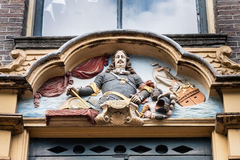 Fronton van maritieme held Tromp boven een deur in Amsterdam. Rechts voor de kijker staat een klein zwart jongetje met een bewonderende blik: 'Zo zijn er veel meer naamloze tot slaaf gemaakten die als bediende en statussymbool ingezet werden in Amsterdam.' Beeld Simon Lenskens