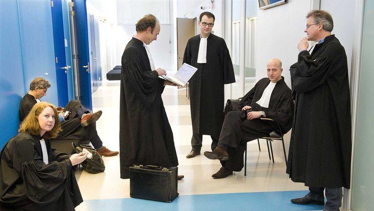 Advocaten voor aanvang van het verhoor van Fred Ros, kroongetuige in het liquidatieproces Passage op Schiphol. Beeld ANP