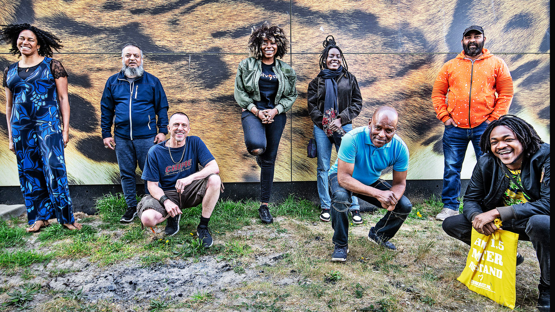 Samen met buurtgenoten runt Mike Brantjes (met korte broek) het bewonerscollectief Hart voor de K-buurt. Beeld Guus Dubbelman / de Volkskrant