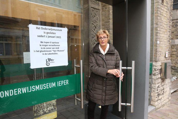 De affiche is aangebracht: de deur gaat nu definitief dicht. Gwendy Tanghe heeft er 17 jaar gewerkt.