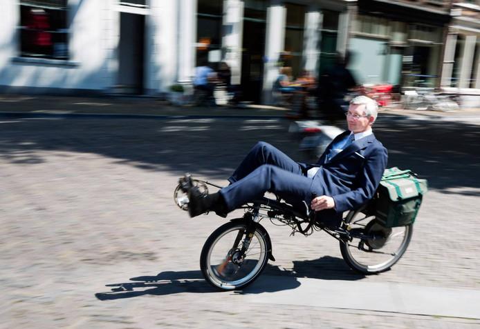 VVD'er André van Schie in actie op zijn ligfiets.