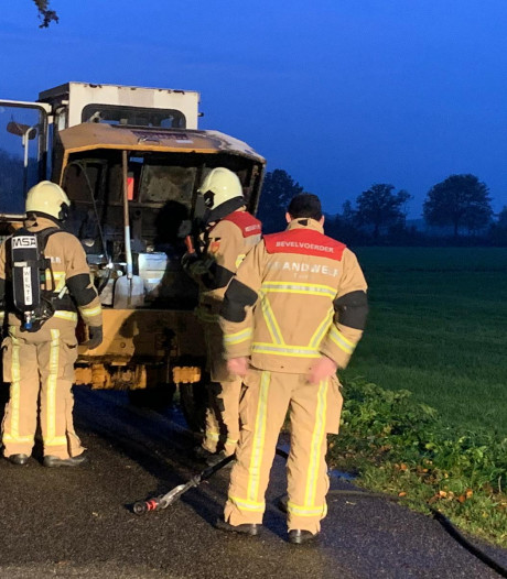 Bouwmachine loopt schade op door brand in Tilligte