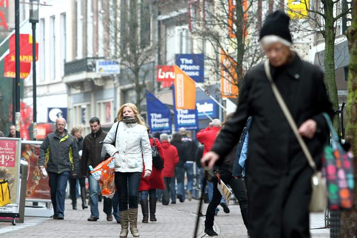 Drukte in de Hoogstraat in Wageningen.