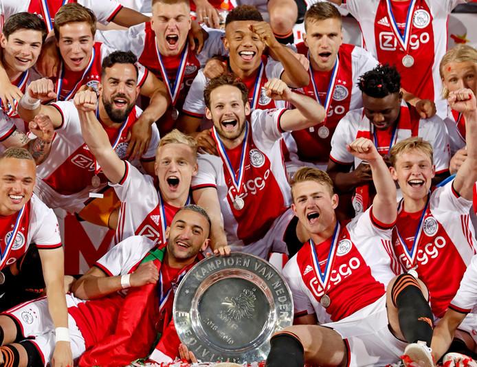 Ajax-spelers vieren de titel.