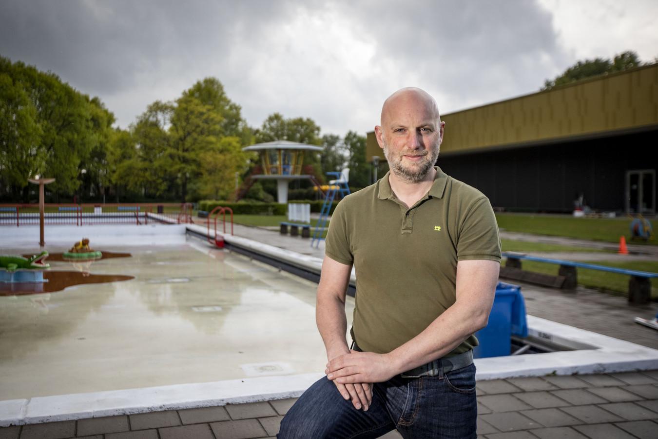 Twentebadmanager Ilija Melisie moet streng zijn. Coronaregels in het Twentebad zijn flink aangescherpt.