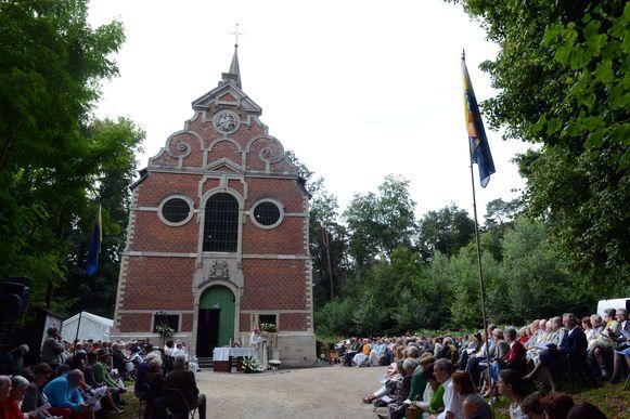 Illustratiebeeld openluchtmis aan de kapel van Onze-Lieve-Vrouw van Steenbergen