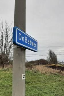 Zanddijk heet plotseling DeBatweg. Gedeputeerde: 'ik hoop het bordje ooit te krijgen'