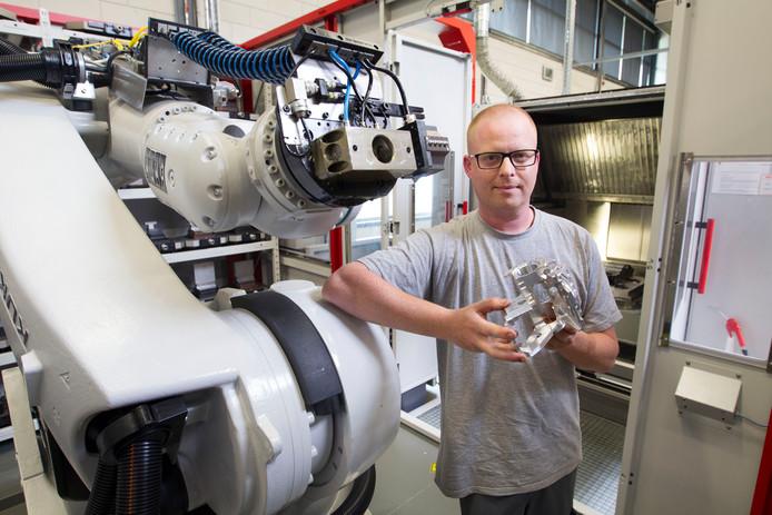 NTS-werknemer Emiel Martens bij een robot in de werkplaats van NTS Precision. Archieffoto