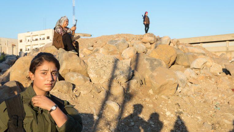 In Rojava doen vrouwen aan alles mee. 'Vrouwen zijn betere vechters dan mannen.' Beeld Ernie Buts / New World Summit