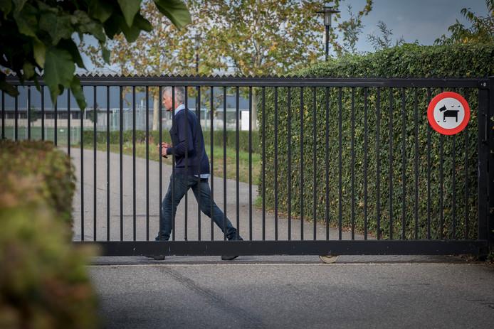 De poort bij Achilles'29 in Groesbeek zit op slot.
