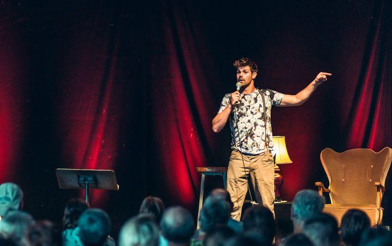 Peter Hens tijdens één van zijn stand-up comedy shows.