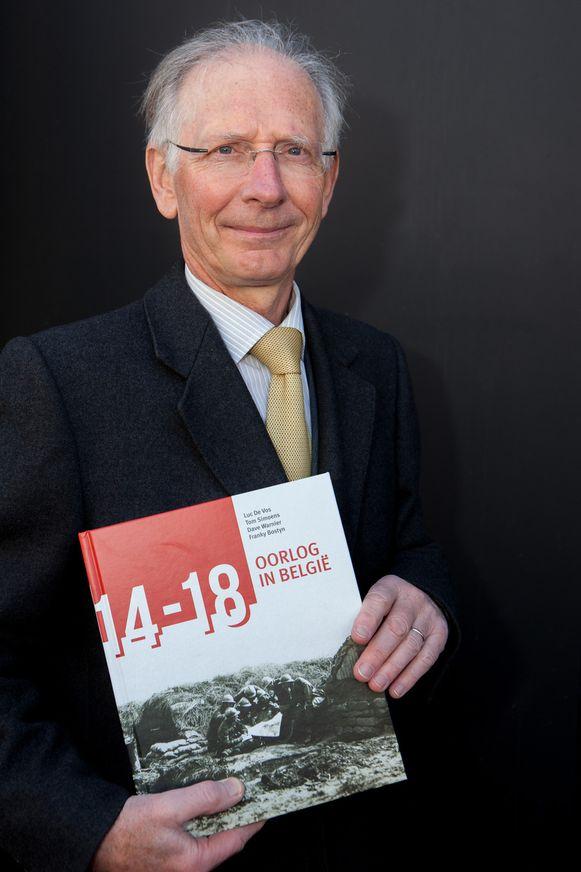 Voormalig hoger officier van de Belgische krijgsmacht Luc De Vos met het boek.