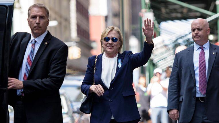 Hillary Clinton voor het appartement van haar dochter in New York, waar zij vanmiddag kort verbleef nadat ze 'oververhit' was geraakt. Beeld afp