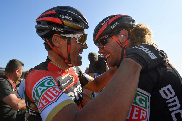 Van Avermaet valt na Parijs-Roubaix in de armen van Daniel Oss.