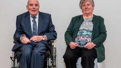 Frans en Julienne blazen zestig huwelijkskaarsjes uit