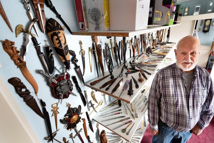 Wim Smits uit Vlierden met zijn verzameling brievenopeners.