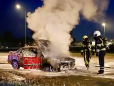 Auto vat vlam op Beersebaan in Cuijk, bestuurder neemt de benen
