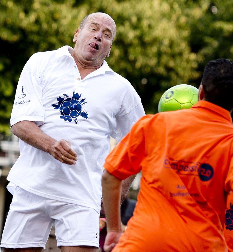 Fred Teeven neemt deel aan een voetbalclinic om zo het parlementaire jaar sportief te openen. Beeld anp
