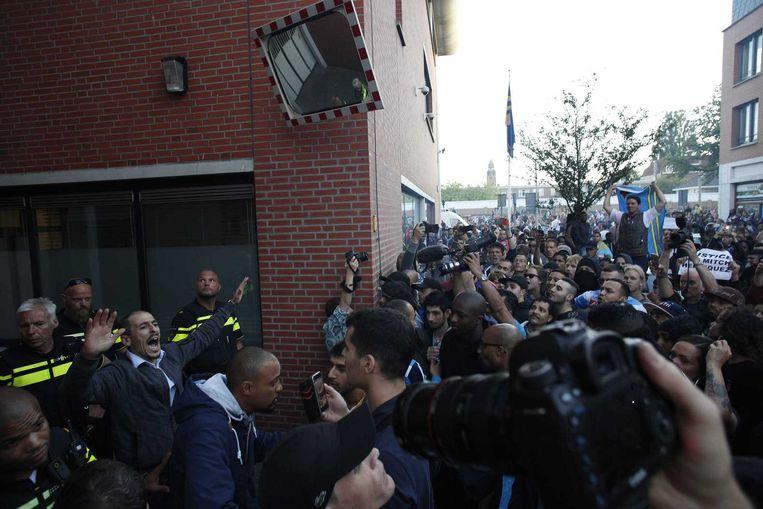 Agenten staan opgesteld voor politiebureau De Heemstraat in de Schilderswijk. Beeld anp