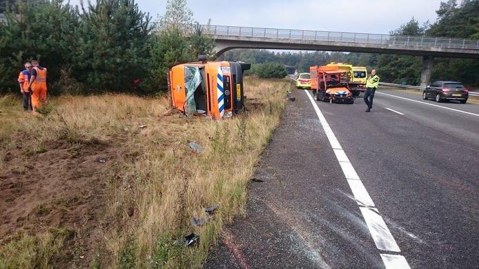 Door een klapband schoot de bus van Stichting Reddingshonden van de snelweg af.