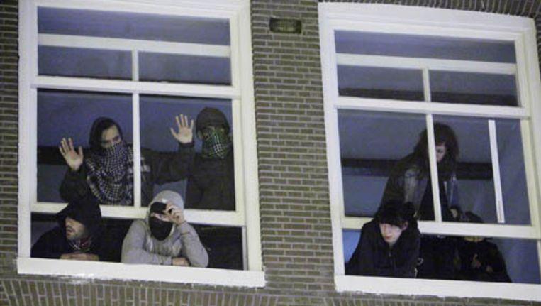 De krakers zondagavond in het door hun gekraakte pand aan de Westermarkt. Foto Michael Jacobs Beeld