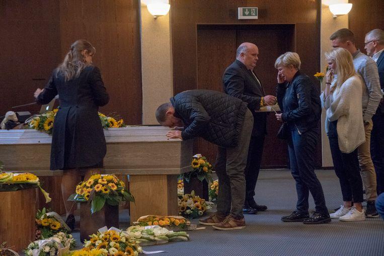 De ouders en zus van Bram nemen afscheid.