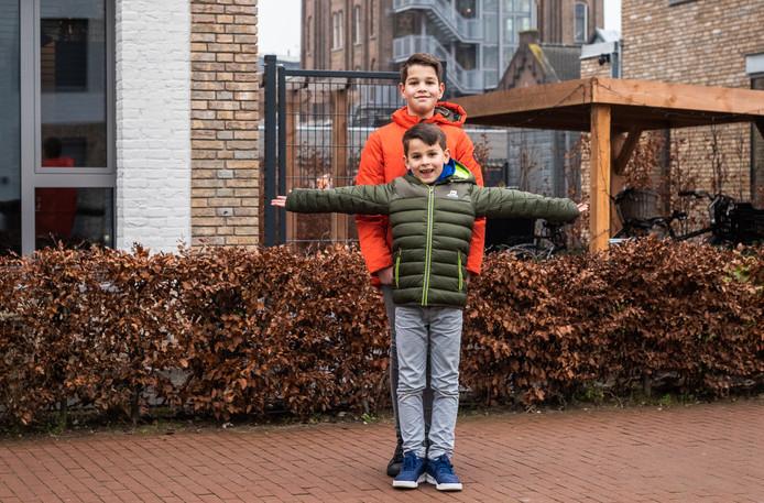 """Olivier en Elias wonen sinds vorige zomer in de nieuwe wijk Schaerweide. ,,Het is wel even wennen, maar we hebben veel nieuwe vrienden gemaakt."""""""