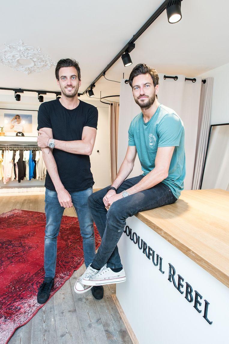 De broers Bas (links) en Frank, oprichters van het merk Colourful Rebel. Beeld Mats van Soolingen