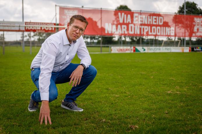 VENO voetbalt nog op echt gras, maar omdat dat zo vaak modderig en drassig wordt wil secretaris Edgar van Heerde graag kunstgras. Dat kan Steenwijkerland niet betalen.