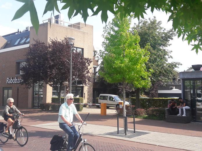 Parkeerterrein van filiaal Rabobank aan Dorpstraat in Elst