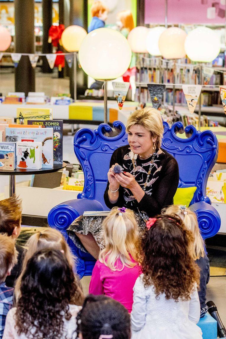 Prinses Laurentien leest voor aan kinderen van groep 1 en 2 tijdens het Nationale Voorleesontbijt in de Nieuwe Bibliotheek. Beeld anp