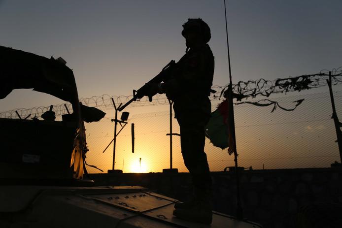 Een militair op wacht bij een controlepunt in Jalalabad.