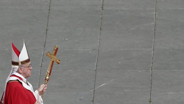 De paus loopt over het Sint Pietersplein Beeld reuters