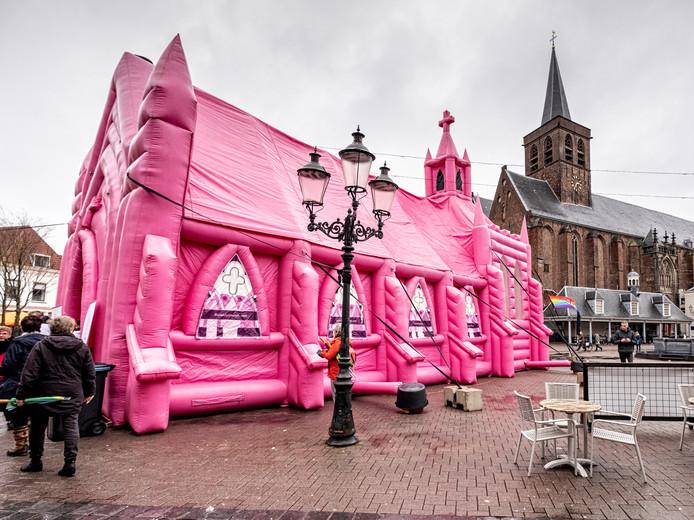 Niemand kon om de 18 meter lange roze opblaaskerk heen.