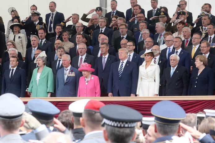 Au premier rang: Emmanuel Macron,  Theresa May, le prince Charles, la Reine Elizabeth II, Donald Trump, Melania Trump, Prokopis Pavlopoulos et  Angela Merkel