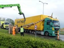 Vrachtwagen ramt hoogtebalk in Hoogland