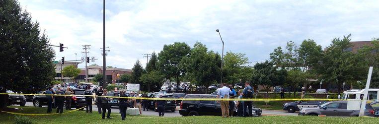 Politie bij het gebouw waar de schietpartij plaatsvond. Beeld REUTERS