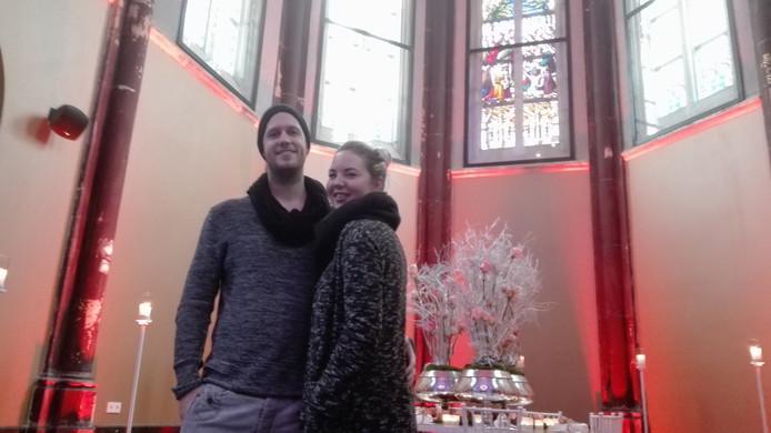 Rick en Teuntje doen inspiratie op tijdens de trouwbeurs in het prachtige klooster van Hotel Nassau.