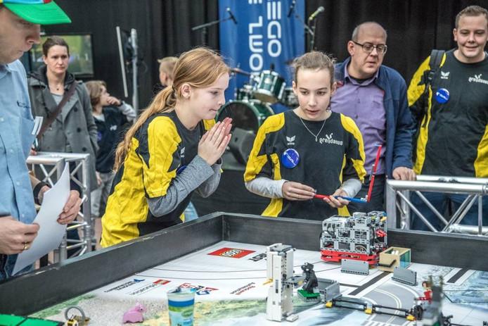 Het team van het Greijdanus College in actie tijdens de First Lego League. Foto Frans Paalman