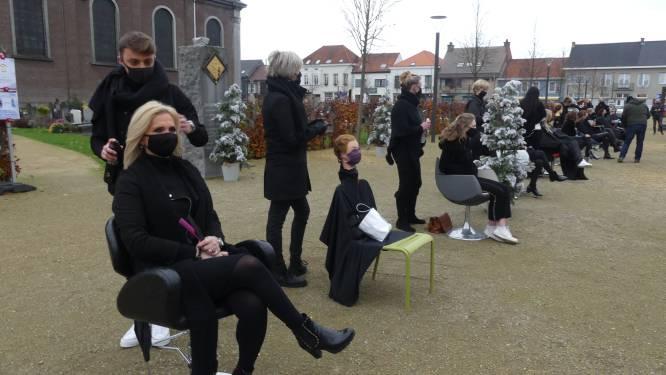 """Belgische kappers zetten stoelen buiten in protestactie: """"Eén en al frustratie, teleurstelling en schrik"""""""