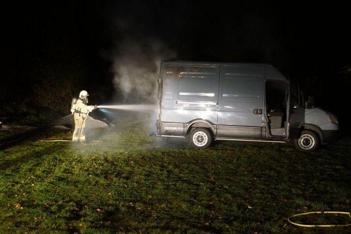 De schuurbrand raakte ook de bedrijfsbus in Zelhem.