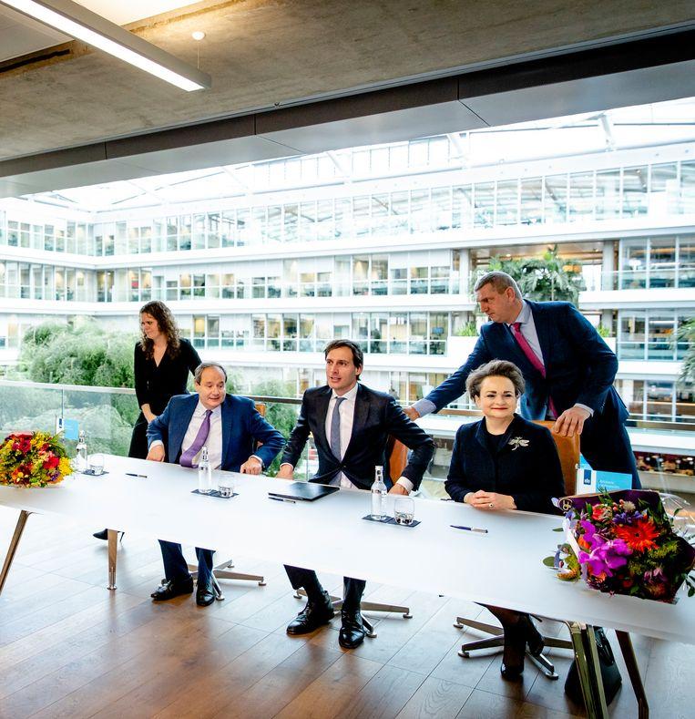 Minister Wopke Hoekstra van Financiën ontvangt eind januari de nieuwe staatssecretarissen Hans Vijlbrief en Alexandra van Huffelen die bij de Belastingdienst orde op zaken moeten stellen. Beeld ANP