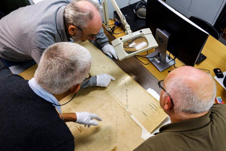 Leden van DOcC Borsbeek bestuderen de gerestaureerde kadasterplannen.